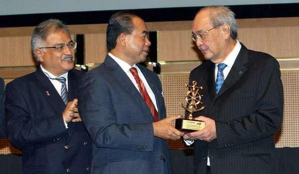 阿都阿兹(中)颁发奖项给尤炳民,左是诺丁。